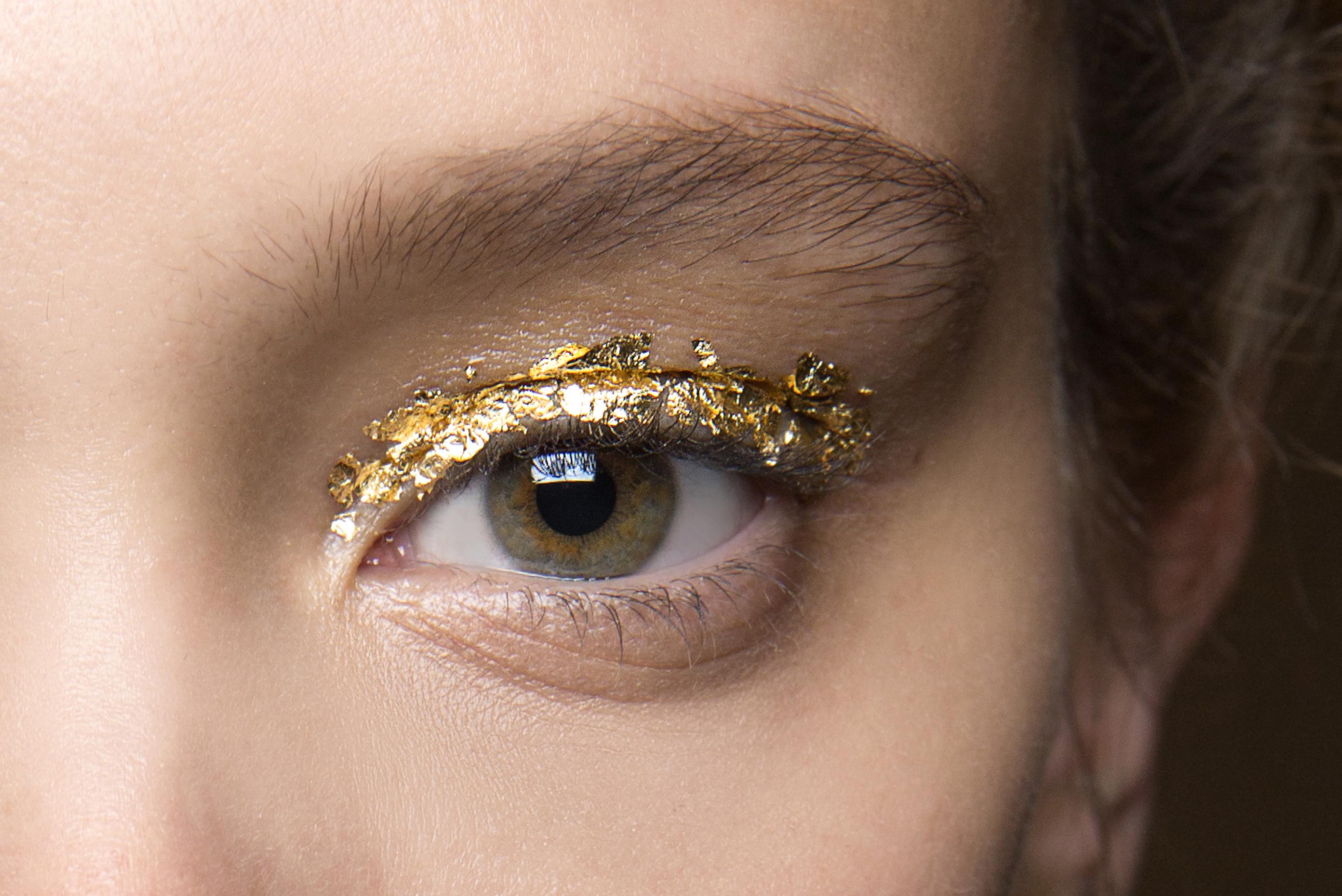 Как повторить макияж с фольгой с показа Ulla Johnson (фото 1)