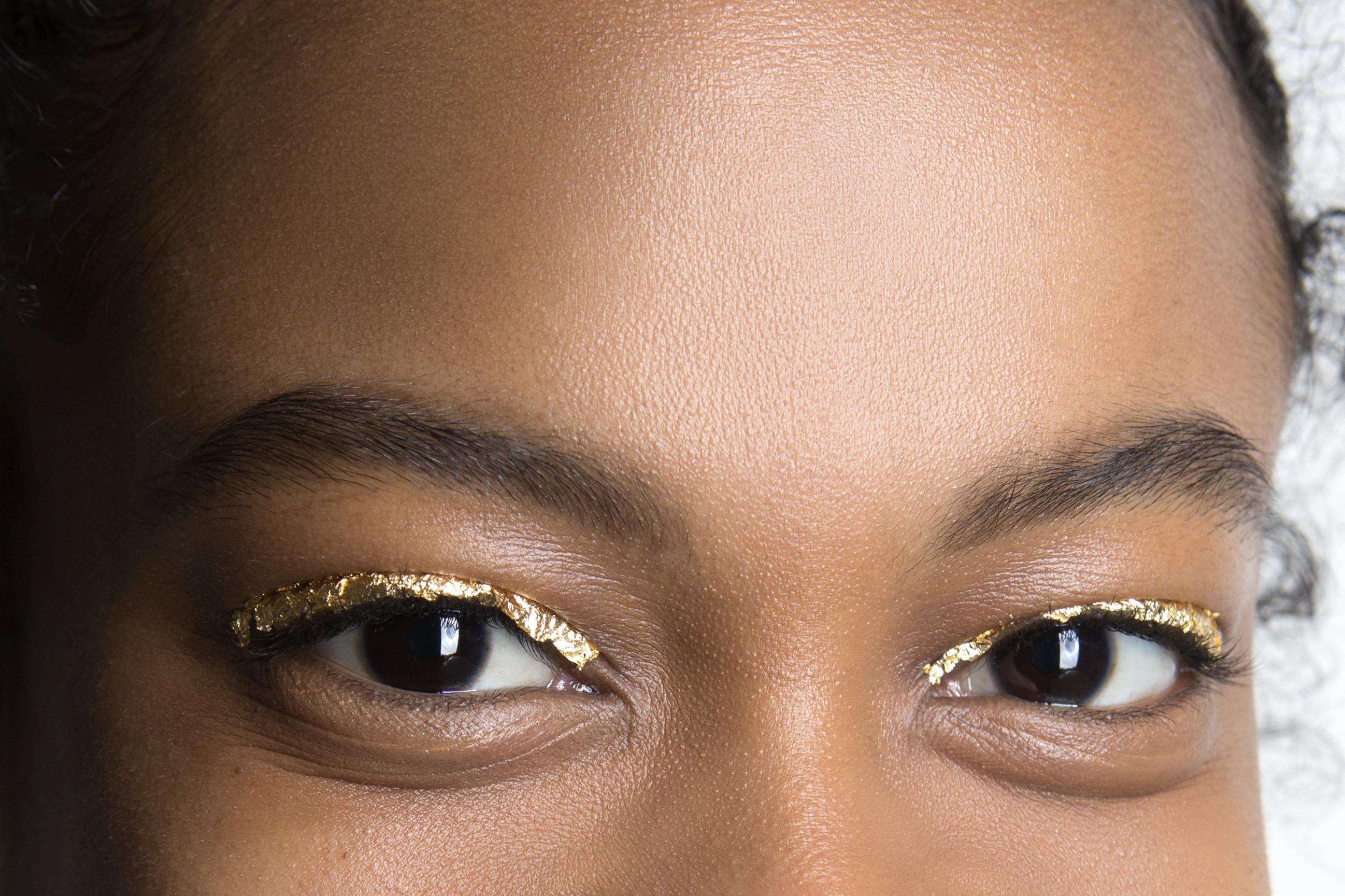 Как повторить макияж с фольгой с показа Ulla Johnson (фото 4)