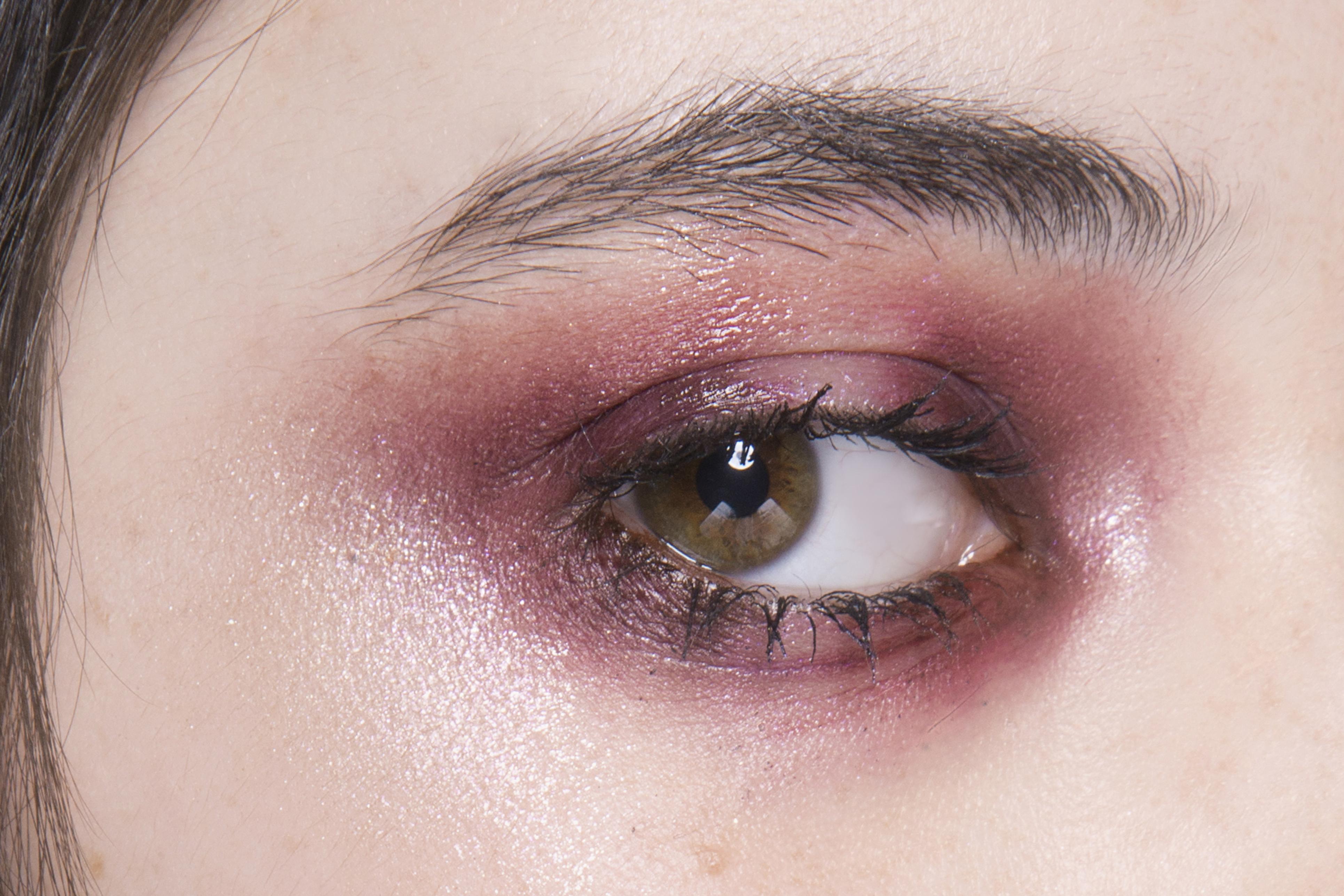 Как повторить макияж с небрежными смоки с показа Katie Gallagher (фото 1)