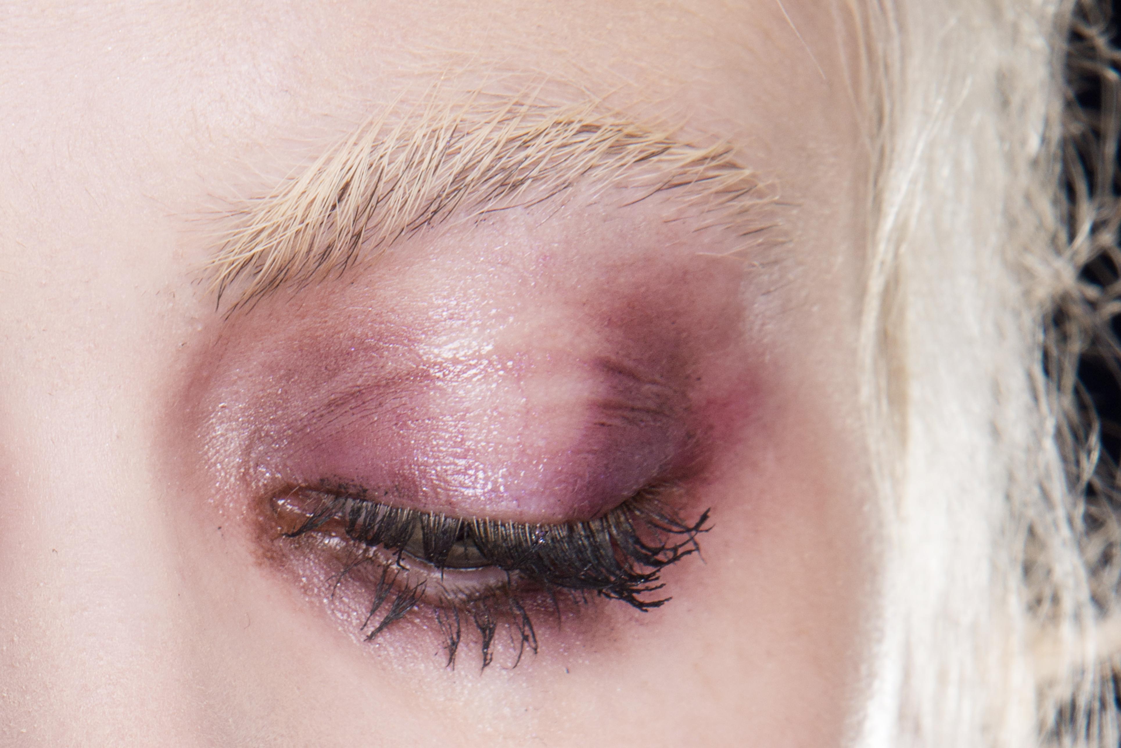 Как повторить макияж с небрежными смоки с показа Katie Gallagher (фото 2)