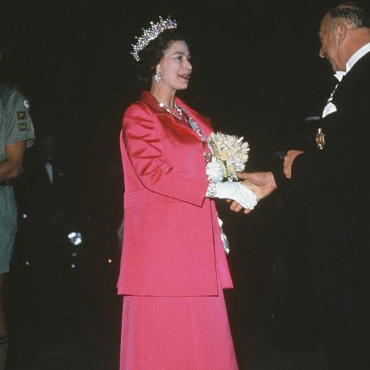 Как повторить культовый образ: Елизавета II и королевский дресс-код (фото 6)