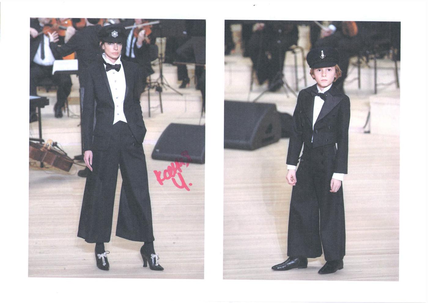 Гости показа Chanel выбирают себе вещи из коллекции Métiers d'Аrt Paris — Hamburg 2017/18 (фото 7)