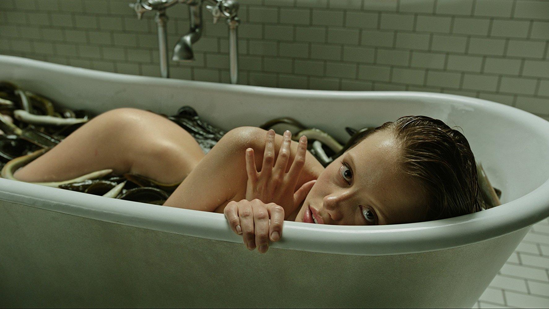 Девушка в ванне мастурбирует этом