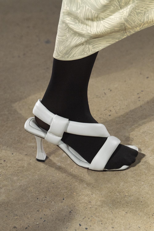 Обувь сезона весна-лето 2020: вьетнамки, вязаные сапоги и «мамины мюли» (фото 9)