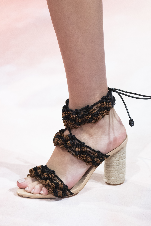 Обувь сезона весна-лето 2020: вьетнамки, вязаные сапоги и «мамины мюли» (фото 15)
