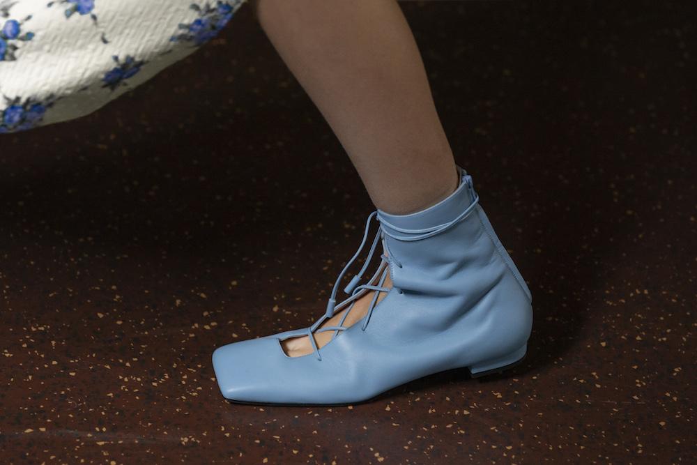 Обувь сезона весна-лето 2020: вьетнамки, вязаные сапоги и «мамины мюли» (фото 16)