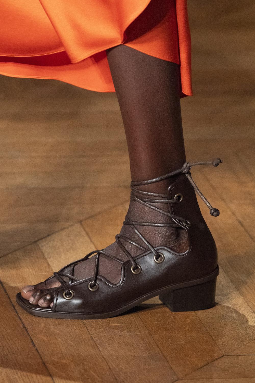 Обувь сезона весна-лето 2020: вьетнамки, вязаные сапоги и «мамины мюли» (фото 19)