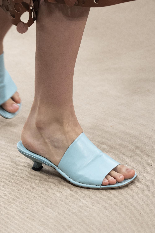 Обувь сезона весна-лето 2020: вьетнамки, вязаные сапоги и «мамины мюли» (фото 20)
