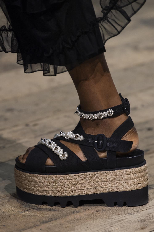 Обувь сезона весна-лето 2020: вьетнамки, вязаные сапоги и «мамины мюли» (фото 26)