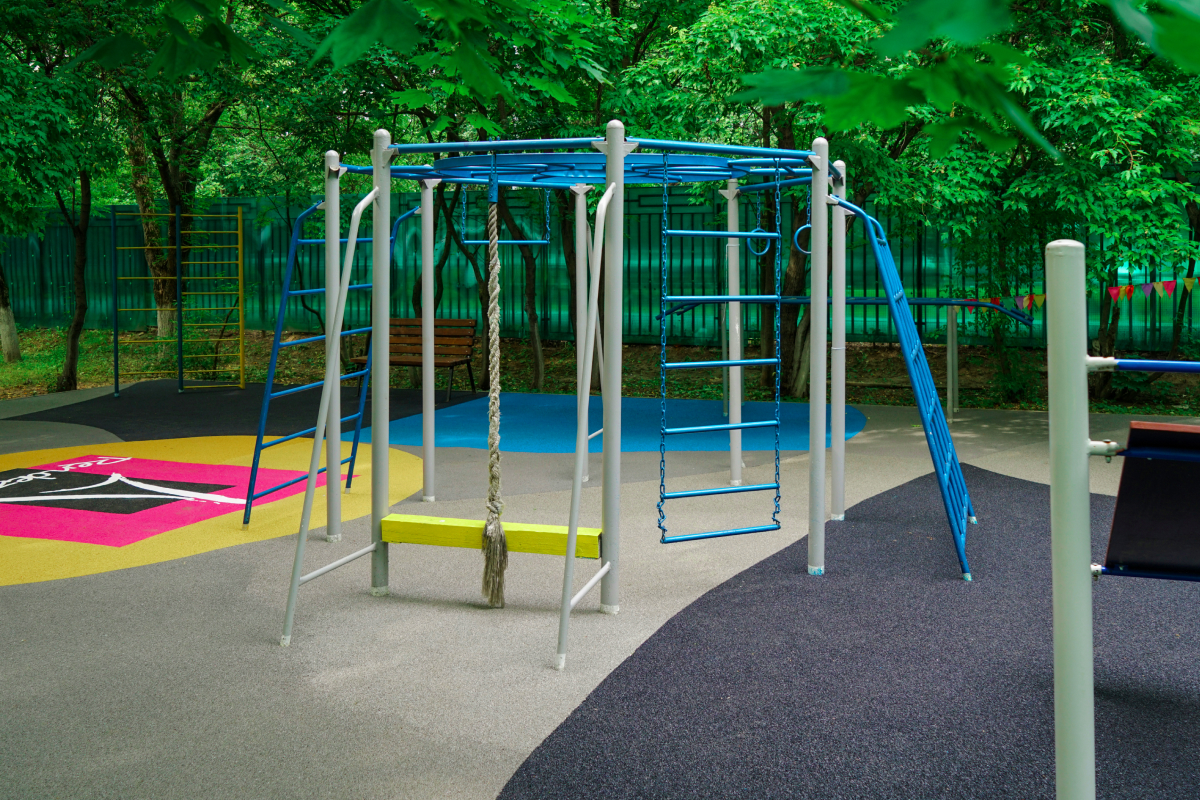Rendez-Vous смонтировал детскую площадку из переработанной обуви (фото 1)