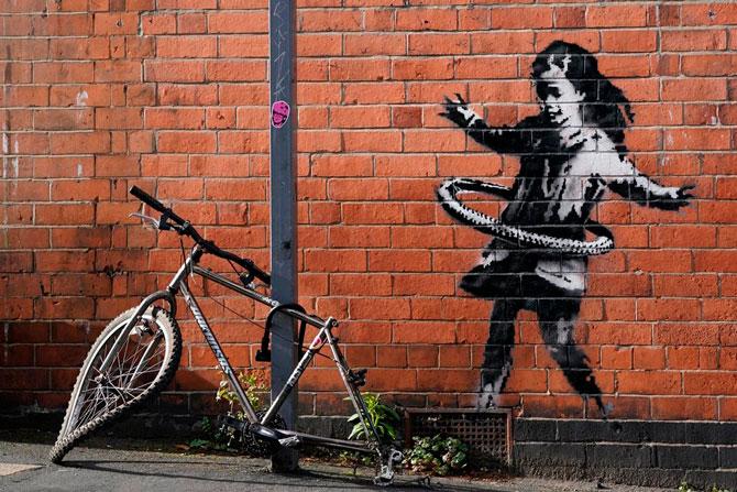 В Великобритании появилось новое граффити Бэнкси — девочка с обручем (фото 1)