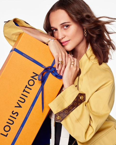 Алисия Викандер упаковывает и дарит подарки в праздничном видео Louis Vuitton (фото 2)