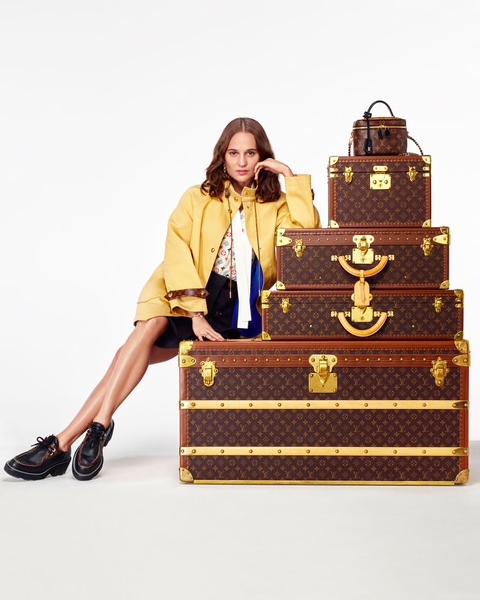 Алисия Викандер упаковывает и дарит подарки в праздничном видео Louis Vuitton (фото 1)