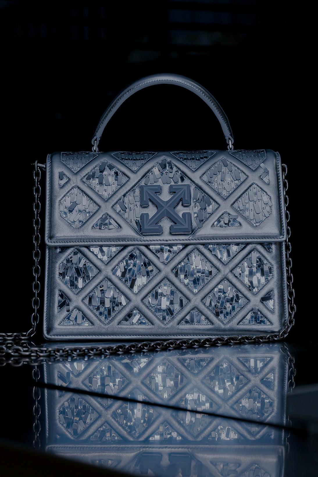 Вирджил Абло сделал для Off-White сумку, вдохновленную пирамидой Лувра (фото 1)
