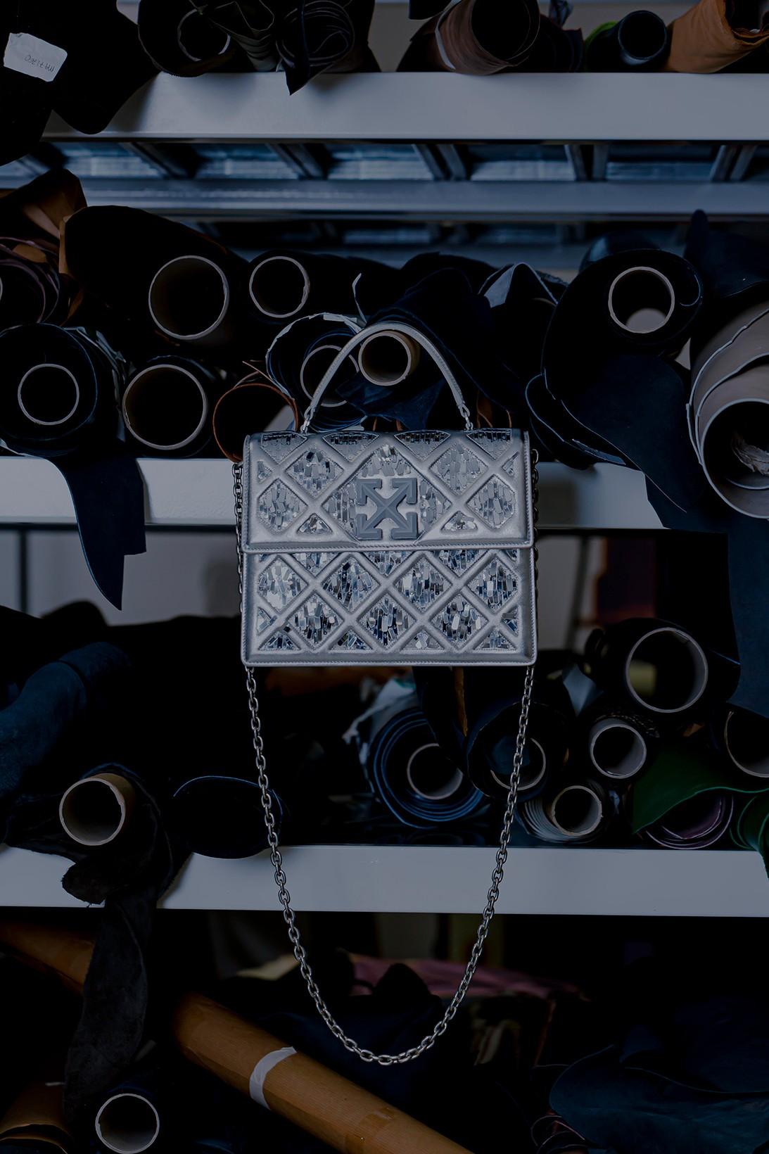 Вирджил Абло сделал для Off-White сумку, вдохновленную пирамидой Лувра (фото 2)