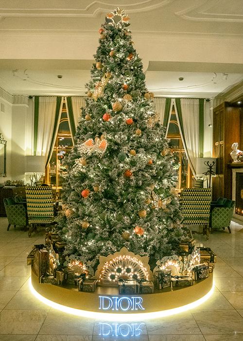 Новый год в отеле «Астория»: елка Dior, специальное меню и праздничная атмосфера (фото 1)