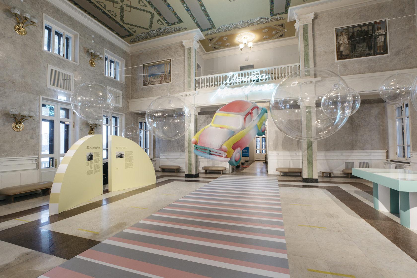 Саша Фролова установила надувной «Москвич» наСеверном речном вокзале (фото 1)