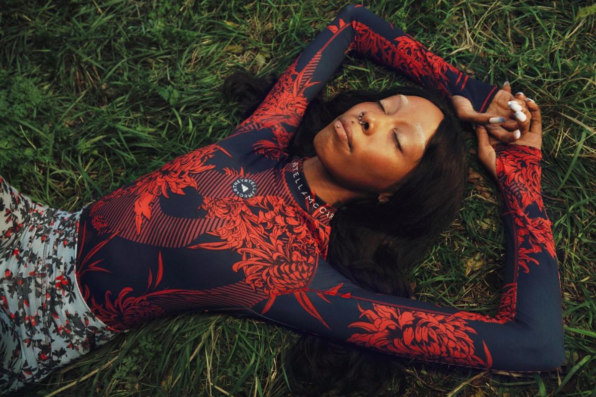 Цветочные принты и Лурдес Леон: вышла кампания новой коллекции adidas by Stella McCartney (фото 1)