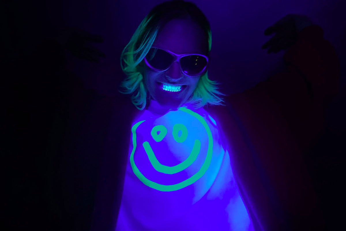 Balenciaga выпустил футболки со светящимися в темноте смайликами (фото 1)