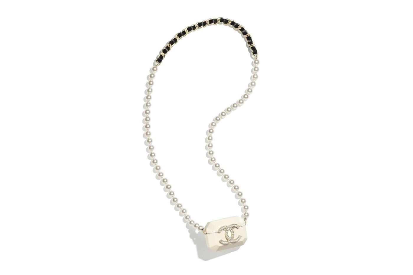 Chanel пусна калъфи за AirPods с вериги и перли (снимка 1)