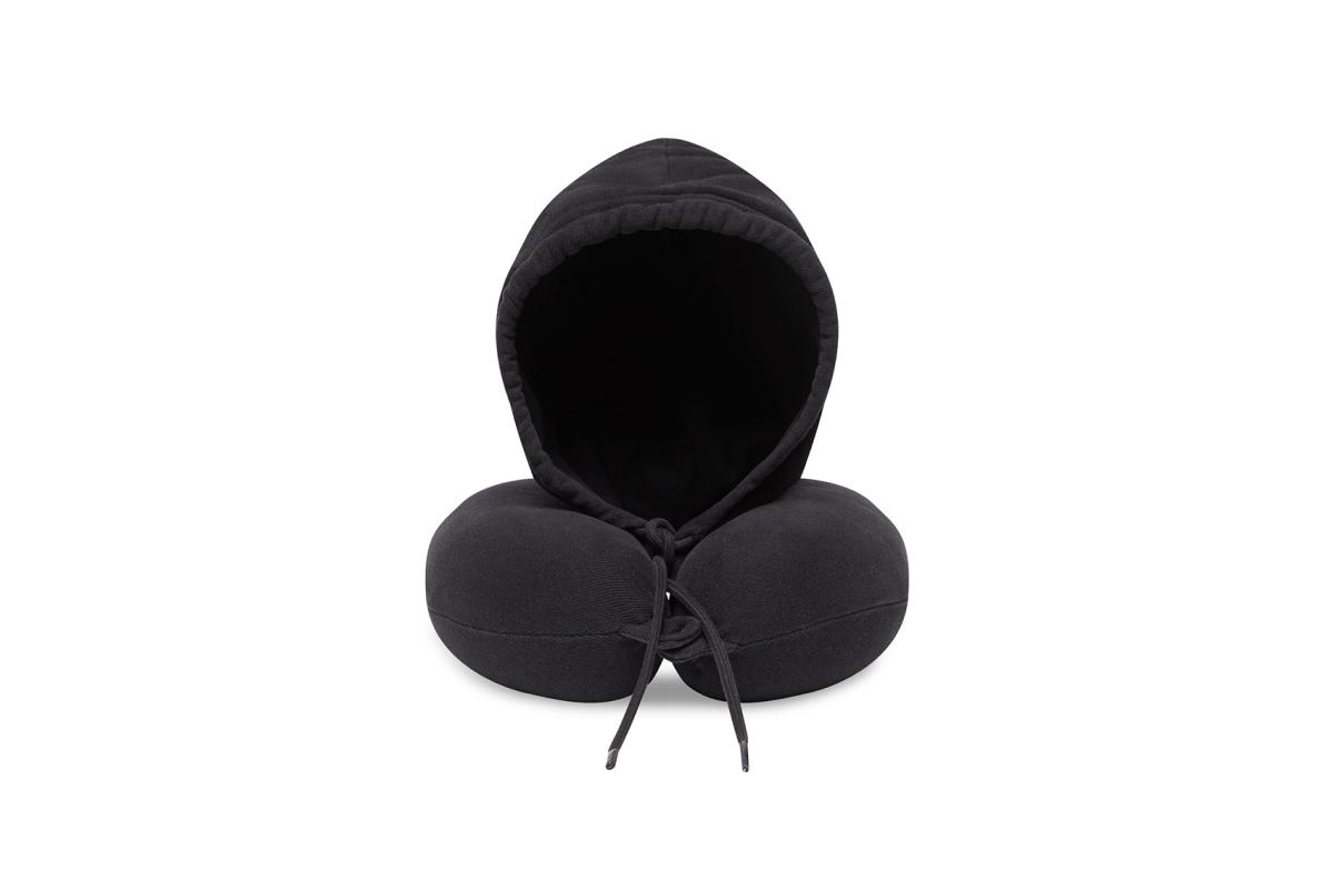 Balenciaga выпустил подушку для путешествий с капюшоном (фото 1)