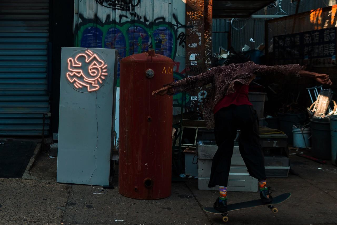 Yellowpop создала коллекцию неоновых вывесок с работами Кита Харинга (фото 4)