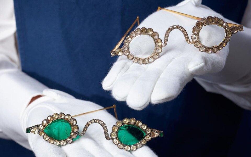 На аукционе Sotheby's выставили очки с линзами из алмазов и изумрудов (фото 1)