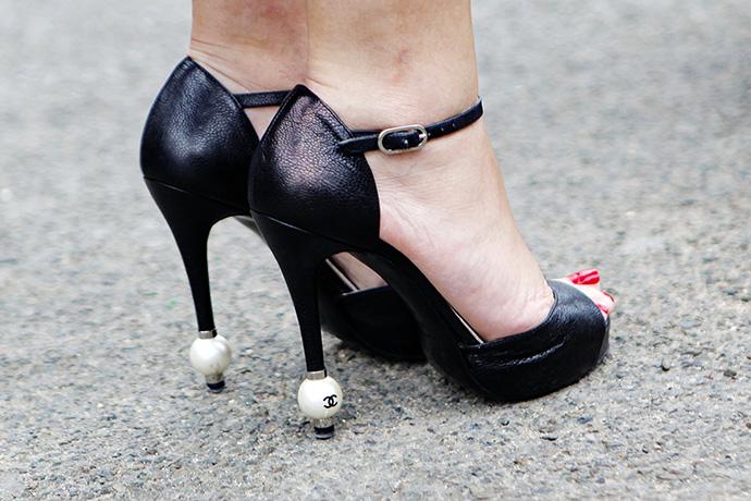 Valentino и Chanel, поэтому на улицах города было так много девушек в коротеньких платьицах с белыми воротничками...