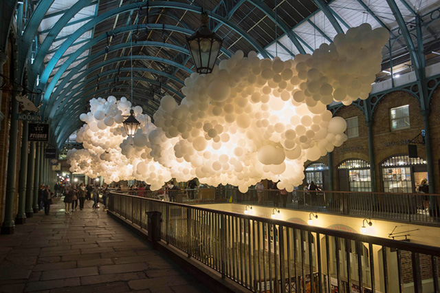 In Covent Garden, cloudy: the installation of 100,000 balls (3 photos)