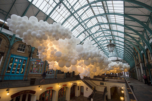 In Covent Garden, cloudy: the installation of 100,000 balls (photo 1)