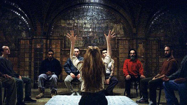 Религиозные образы и извивающиеся тела в новом клипе Florence + The Machine (фото 1)