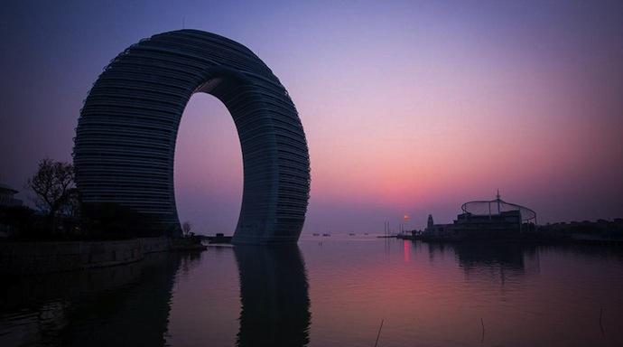 Полукруглый отель у озера Тайху (фото 1)