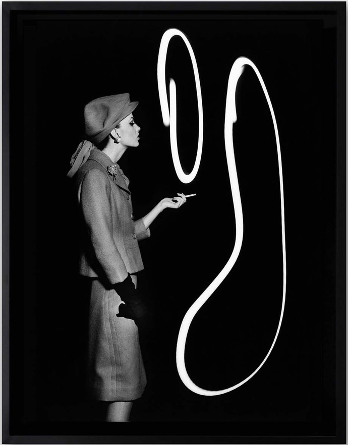 Уильям Кляйн.Dorothy blowing light smoke rings, Париж, 1962