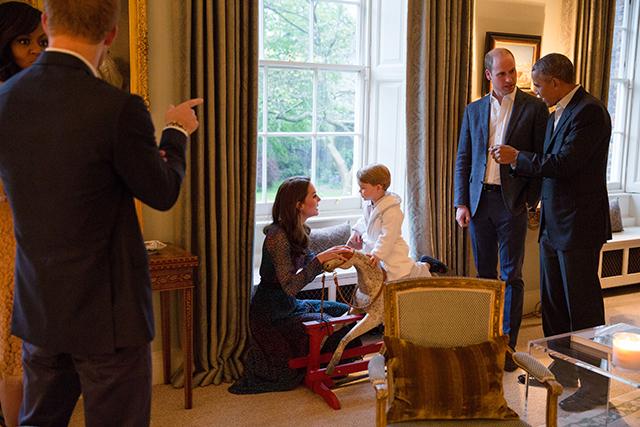 После ванны — на встречу с Обамой: принц Джордж поприветствовал президента США (фото 2)