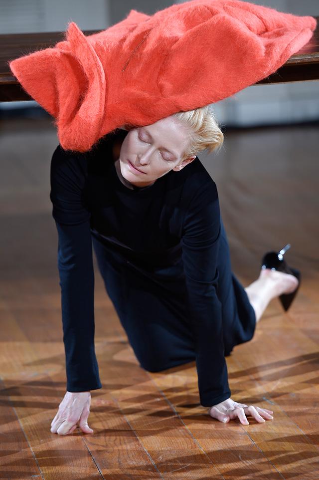 Перформанс Тильды Суинтон: прекрасная гардеробщица (фото 4)