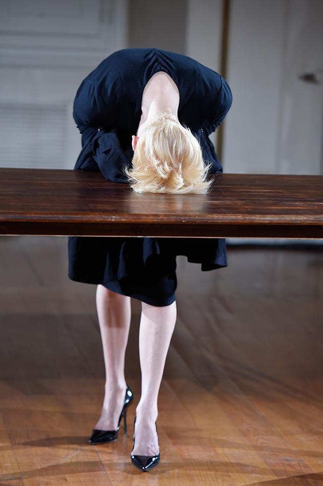 Перформанс Тильды Суинтон: прекрасная гардеробщица (фото 6)