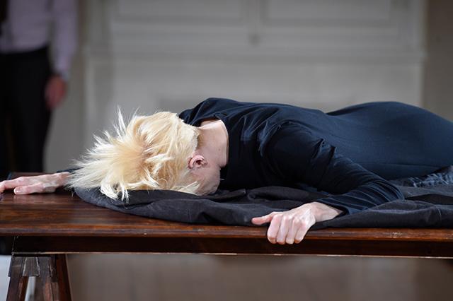 Перформанс Тильды Суинтон: прекрасная гардеробщица (фото 7)