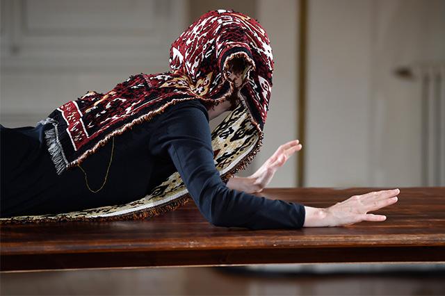Перформанс Тильды Суинтон: прекрасная гардеробщица (фото 5)