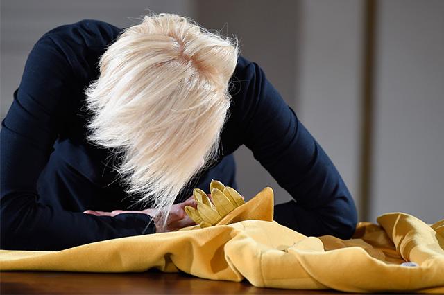 Перформанс Тильды Суинтон: прекрасная гардеробщица (фото 8)