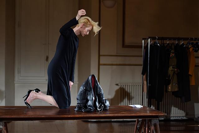Перформанс Тильды Суинтон: прекрасная гардеробщица (фото 3)