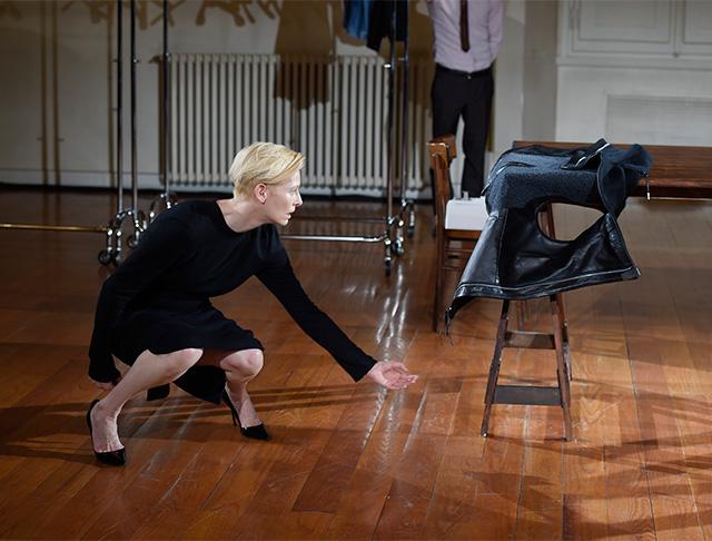 Перформанс Тильды Суинтон: прекрасная гардеробщица (фото 11)