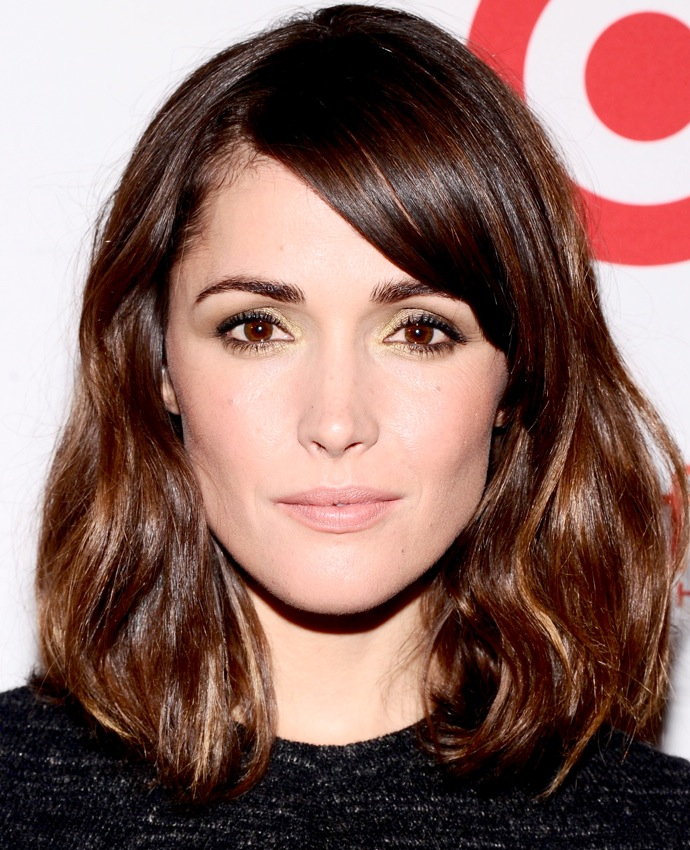 Еще одним вариантом популярных в 2013 году модных женских стрижек на средние волосы является удлиненное каре...
