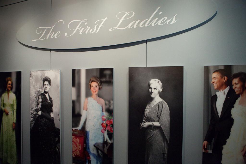 Главный акцент, естественно, сделан на бальных платьях.  Как говорит куратор выставки Лиза Кэтлин Грэдди...