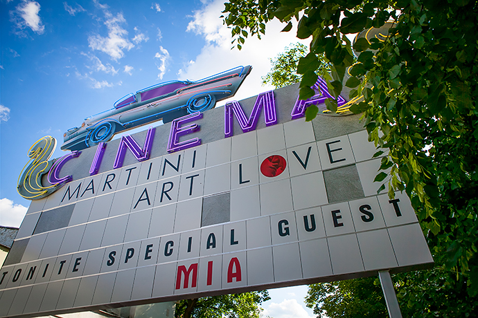 Martini Art Love Cinema в саду
