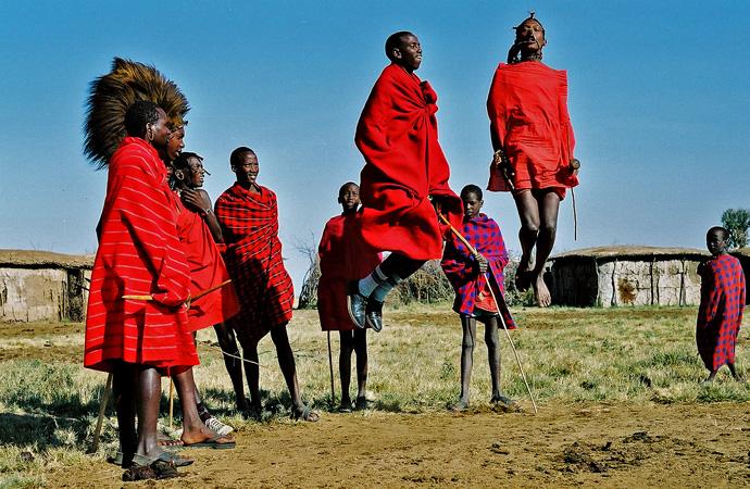 Девушки давят жопами и топчут ногами надувные шары — photo 11