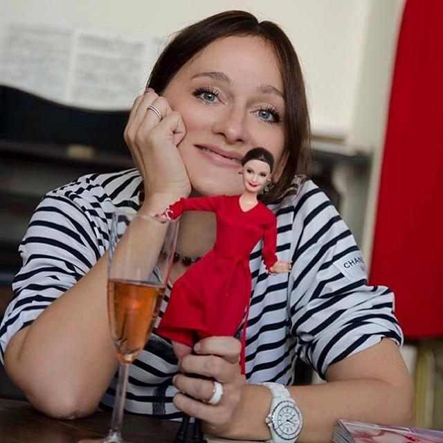 Елена Сотникова со своей куклой (2013).