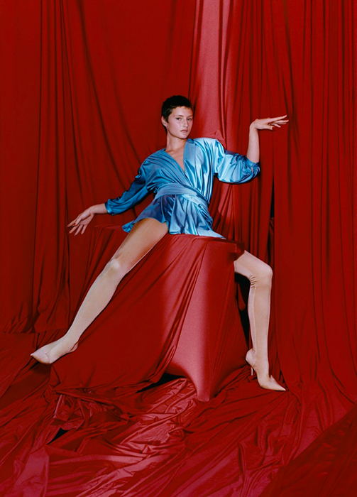 Balenciaga отправил моделей в театр. Фотограф: Харли Веир