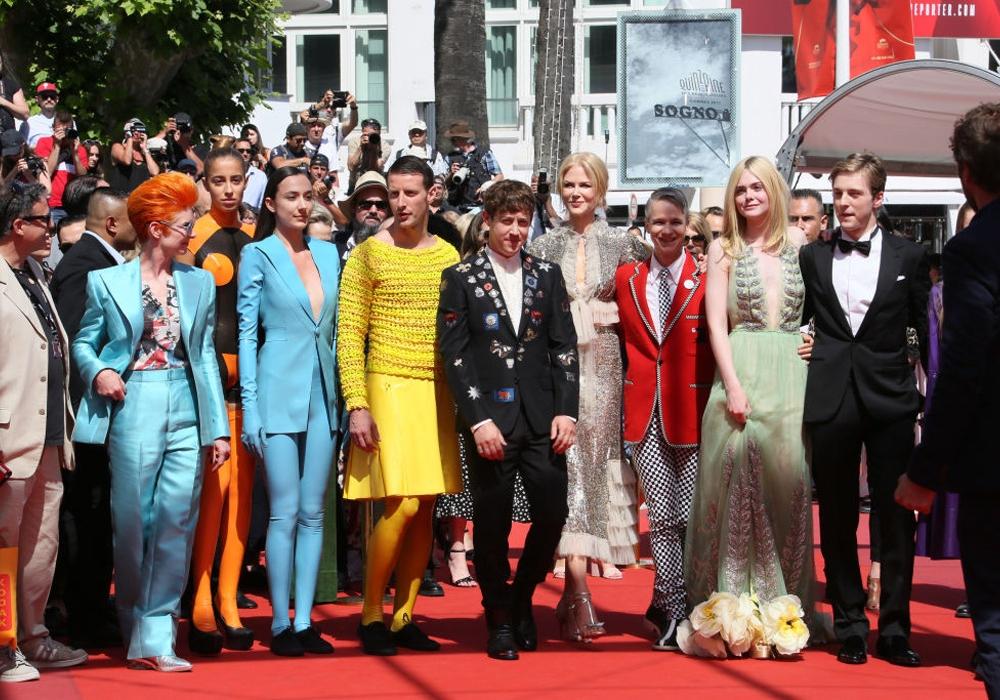 В струящемся платья с откровенным декольте: Эль Фэннинг впечатлила новым образом