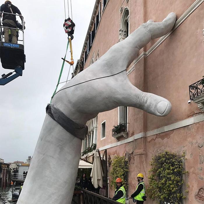 ВВенеции возникла удивительная скульптура: огромные руки поддерживают историческое сооружение 4