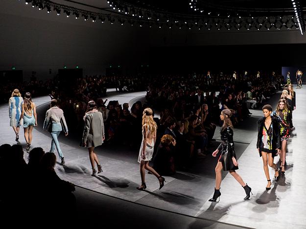 Стильный дом Versace непримет участие вНеделе моды встолице франции